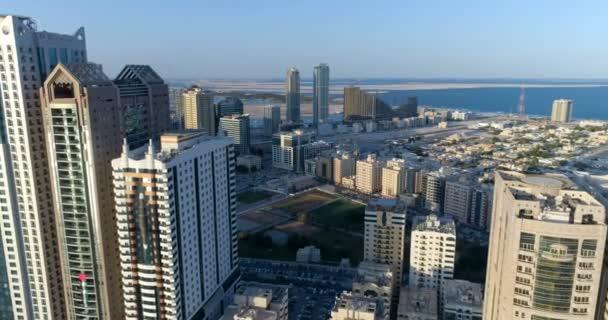 Uçuş 150 metre yükseklikten şehri. Sharjah.