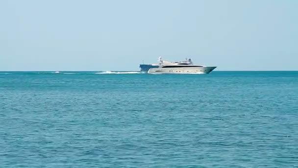 Luxusní bílé rychlost jachty v otevřených vodách