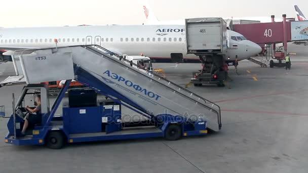 Nagy forgalom az utasok repülőgépek és a szolgáltatás kocsik lovagolni airdrome a Sheremetyevo.
