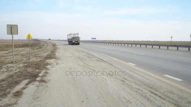 Moderní vůz pro nákladní dopravu a jede na dálnici