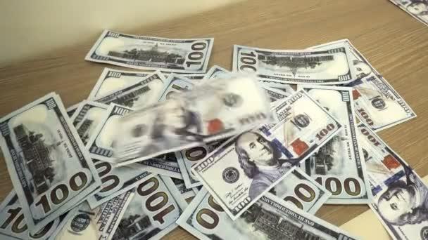 Padající bankovky sto dolarů zblízka