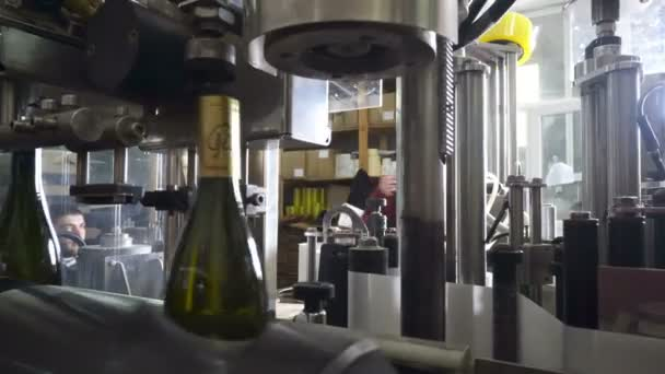 Plnění a uzavírání Dopravníkové linky v továrně vinařství