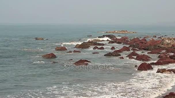 Krásná krajina. Složení přírodní mořských vln a kamení ve vodě