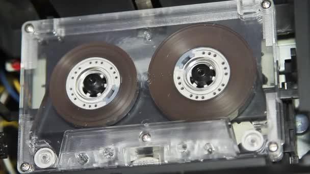 nastro a cassetta audio vintage con unetichetta bianca vuota