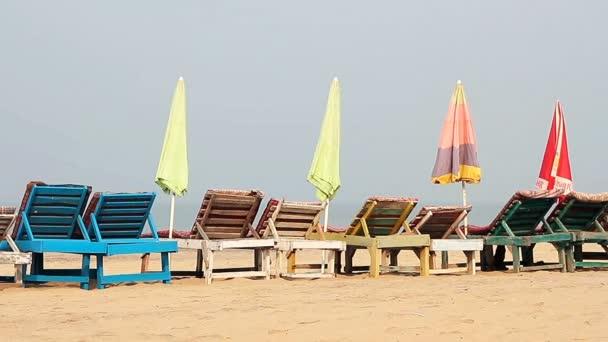 Židle s deštníkem blízko pláže