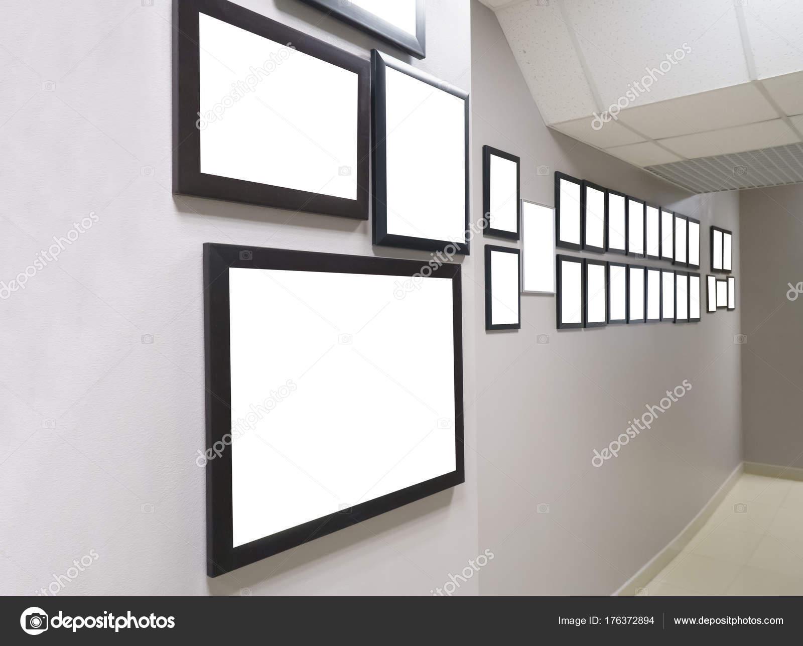 diplômes et récompenses dans le cadre de l'accrochent sur le mur
