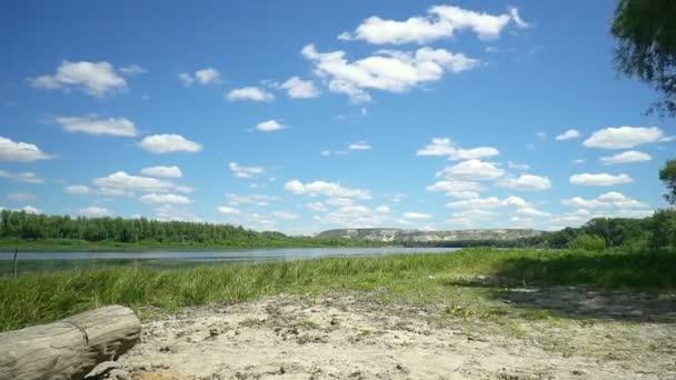 Timelapse Wolken über den Don River im Naturpark Donskoj