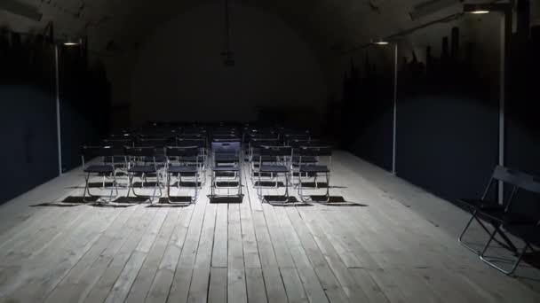 Grunge-Studiersaal mit leeren Stühlen