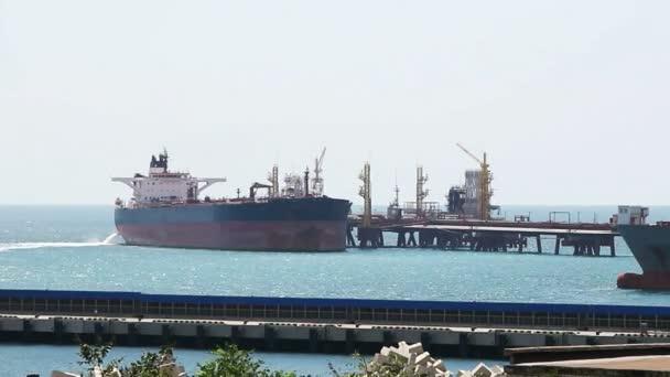 Tanker na benzinové pumpě v přístavu.