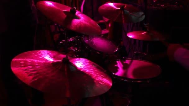rocková kapela v nočním klubu. bubeník hraje na bicí soupravu
