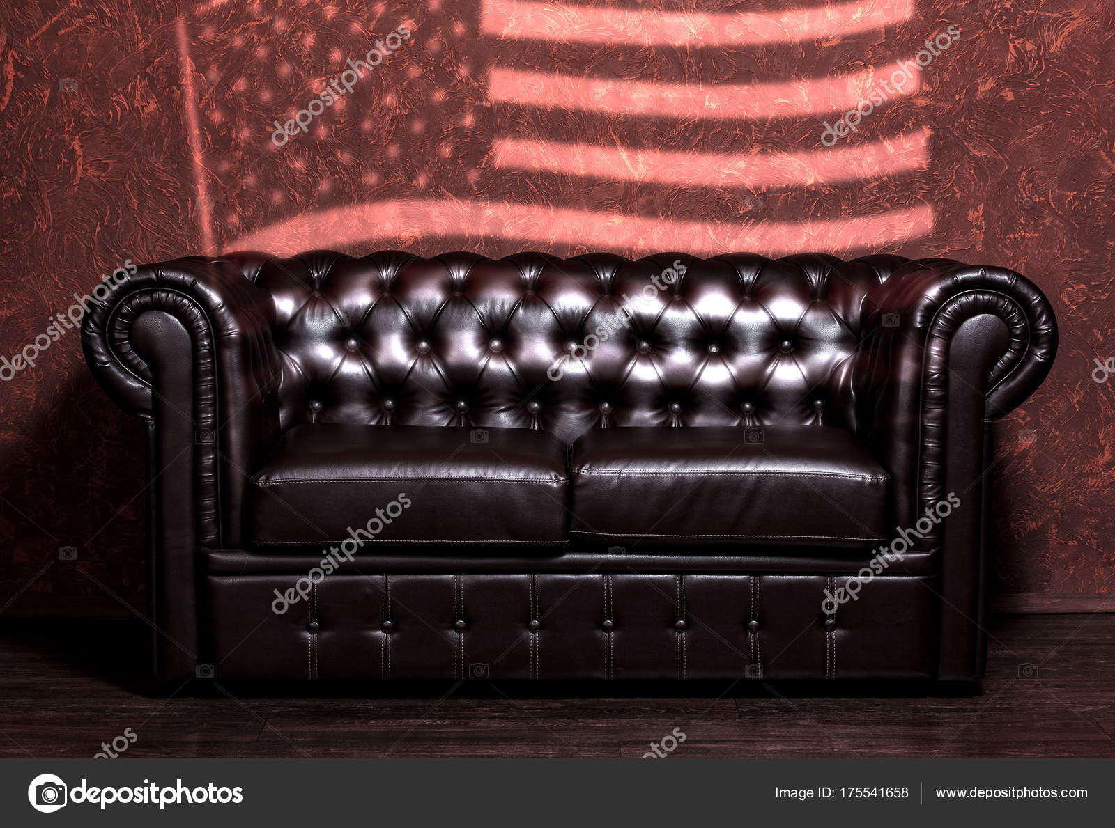 Vintage Vieux Sofa En Cuir Marron Foncé Avec Mur De Grunge Marron Avec Le  Drapeau Des Usa Dans Le Salon U2014 Image De ...