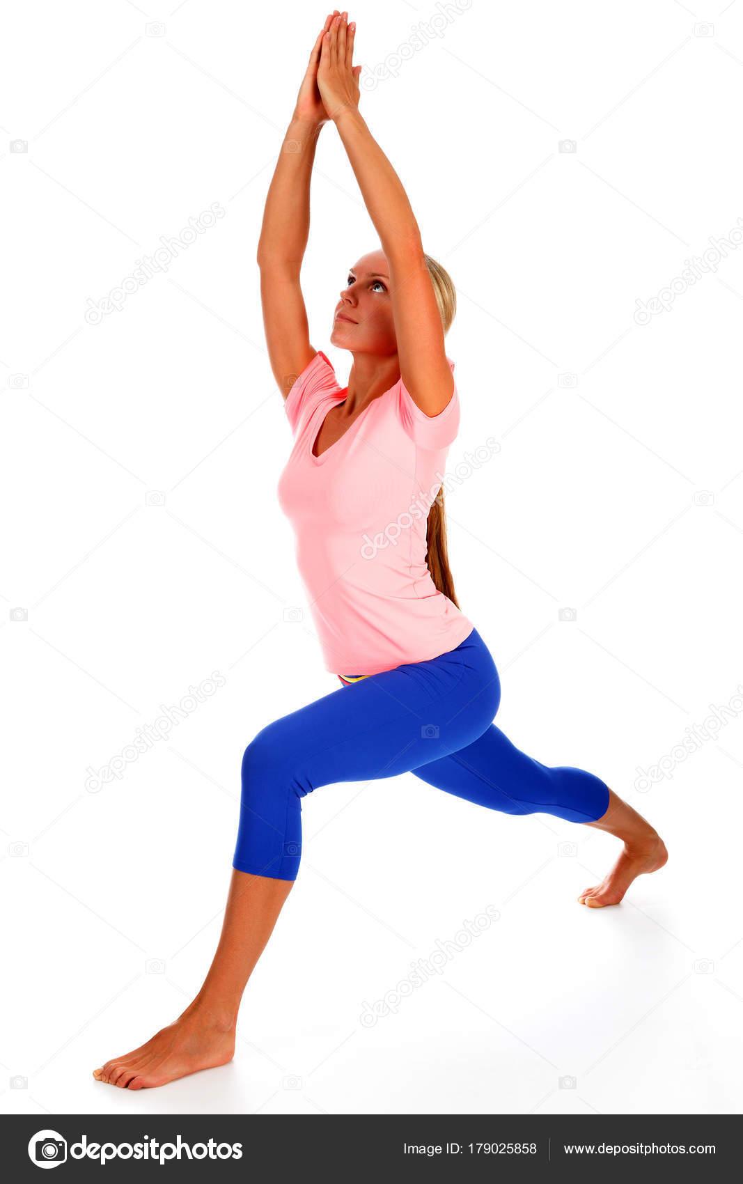 Belle jeune femme sportive pratiquant la pose de guerrier d yoga ... 3b01ba2a681