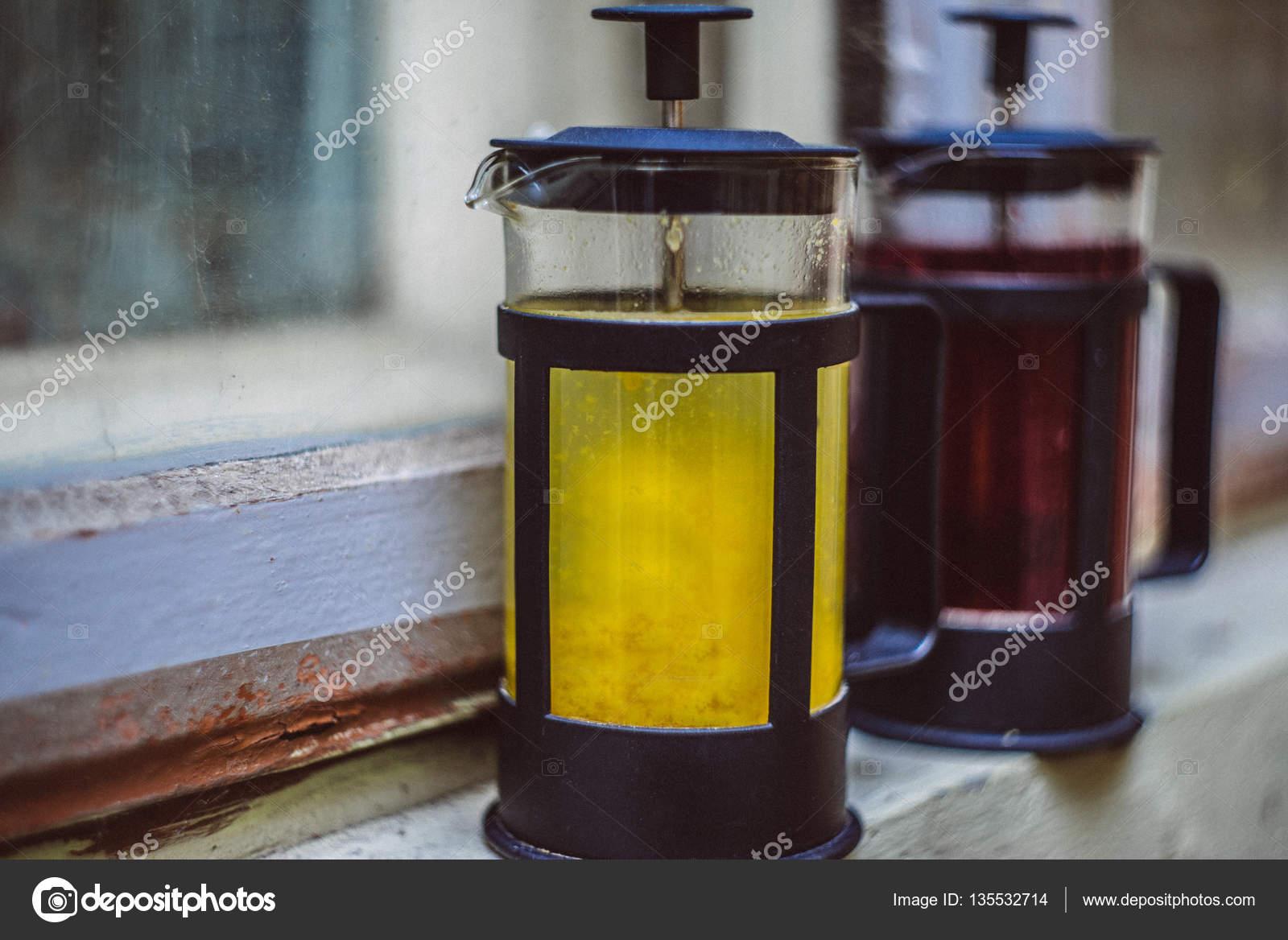 Französische Pressen mit Tee und heiße Getränke — Stockfoto ...