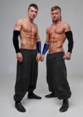 Dva tanečníci oblečení ve studiu