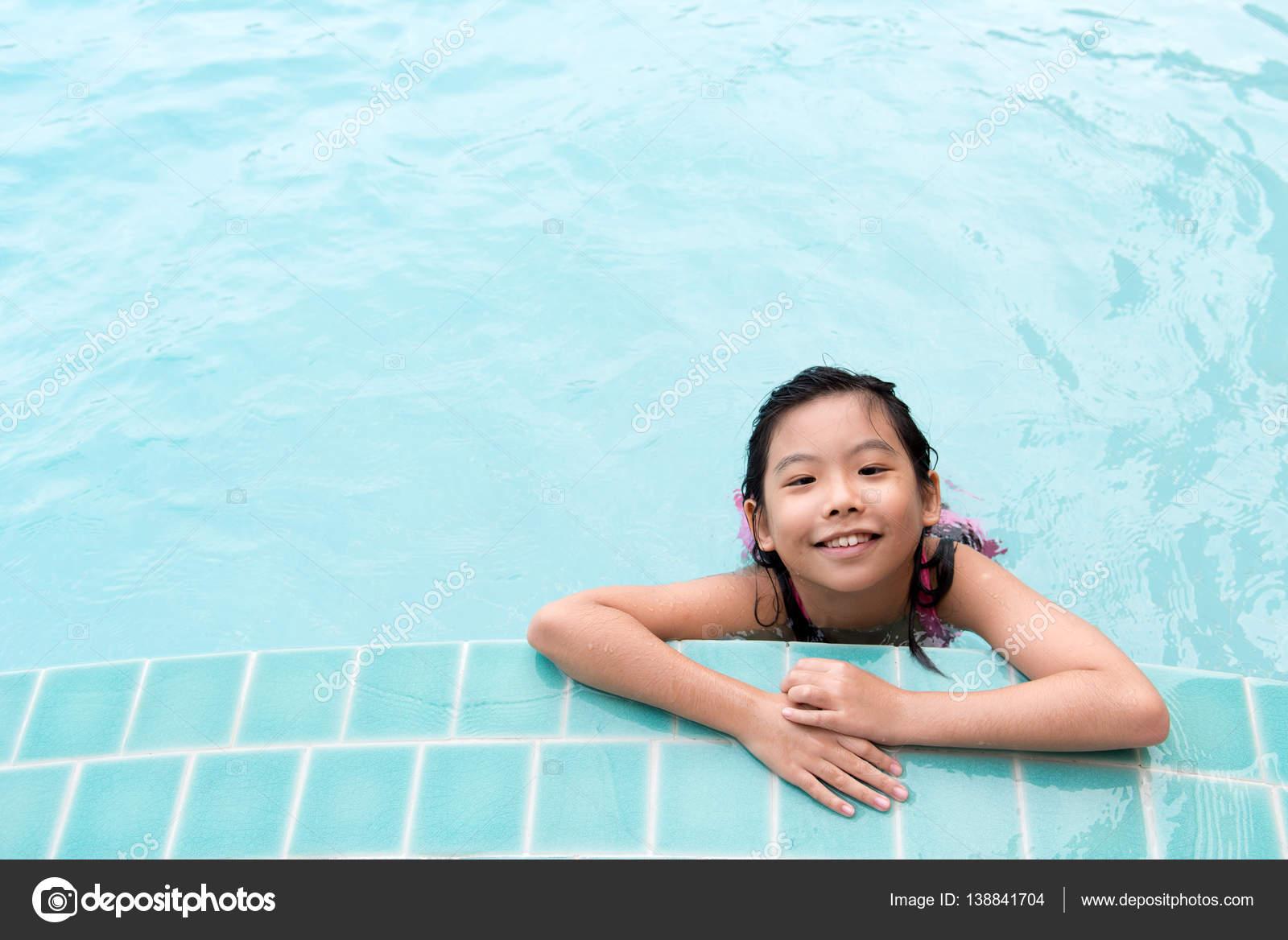 asiatische kinder im pool stockfoto shirotie 138841704. Black Bedroom Furniture Sets. Home Design Ideas