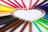 Barevné tužky, uspořádaných do tvaru srdce