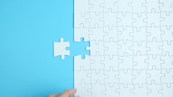Ruka dokončit poslední kus bílé puzzle pro obchodní design