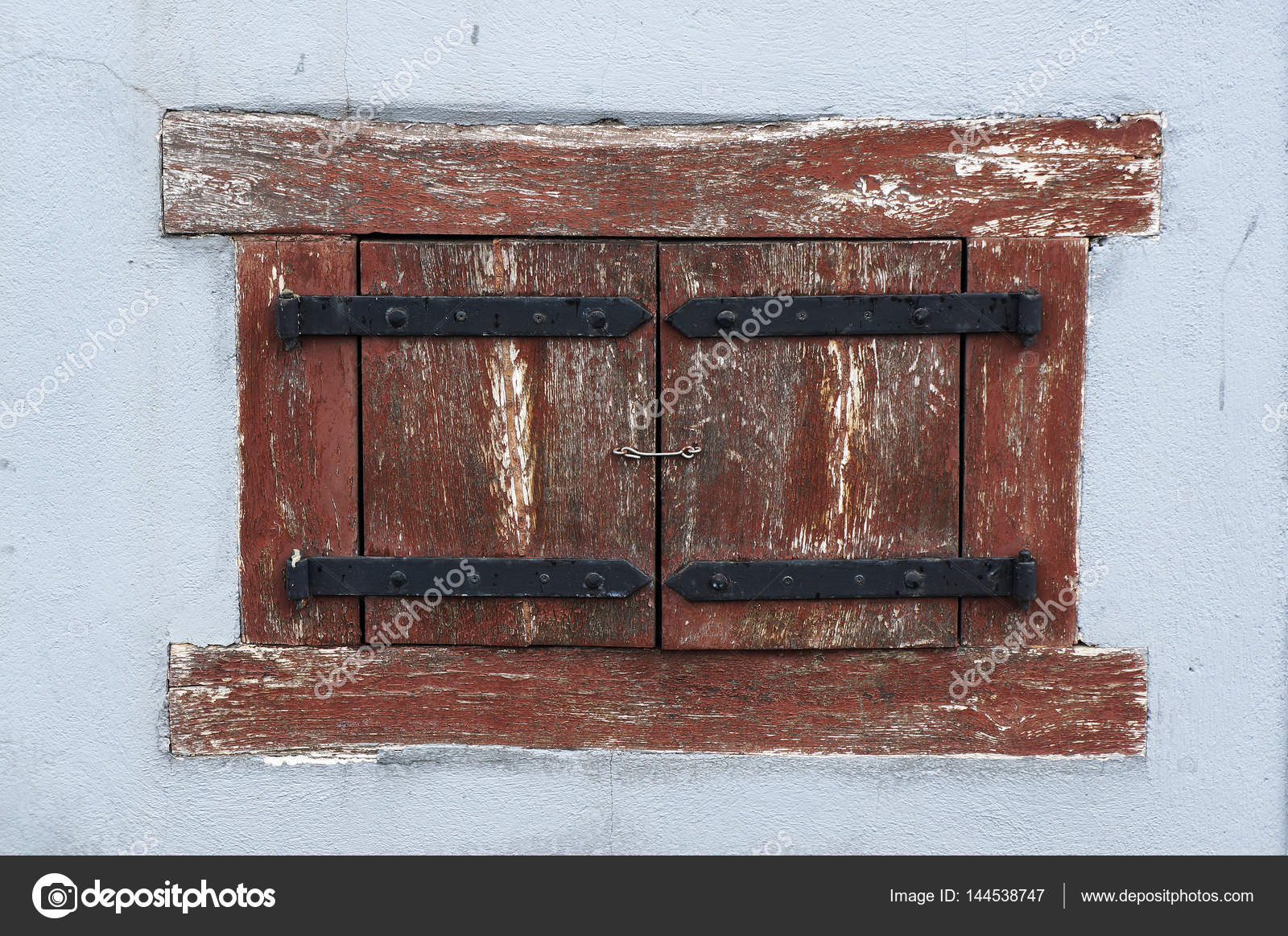 Persiane In Legno Antiche : Ancient finestra con persiane in legno u foto stock troyka