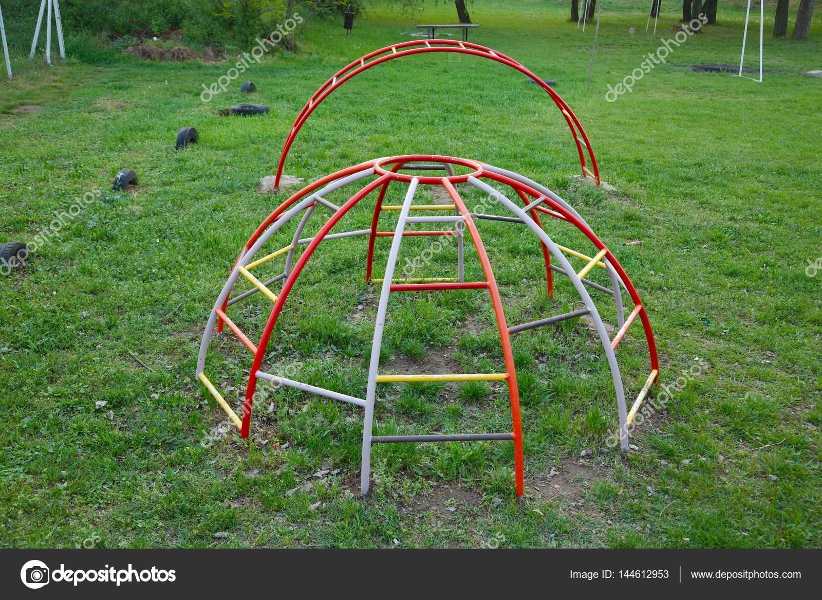 Klettergerüst Metall Spielplatz : Klettergerüst auf dem spielplatz u stockfoto gudella