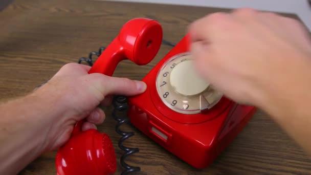 Červený rotační telefon