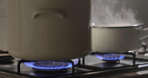Vaření pára z hrnce