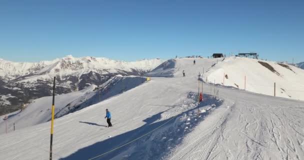 Skipisten mit Skifahrern