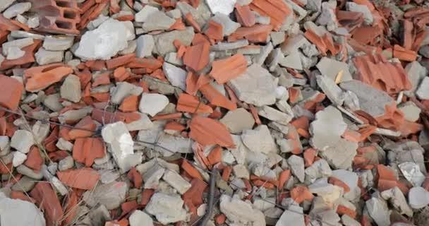 Detailní záběr hromady trosek
