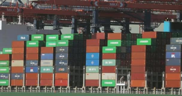 Containerverladung auf einem Schiff