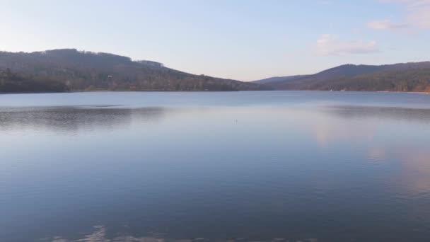 Vlnitá vodní plocha u brněnské přehrady