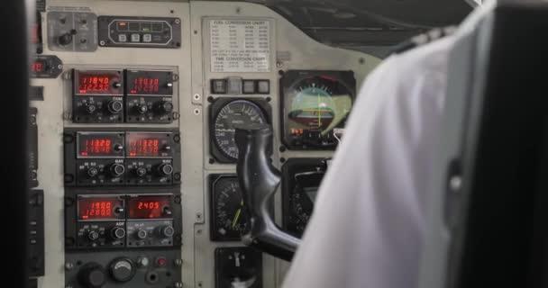 Steuerung eines Kleinflugzeugs auf dem Flugdeck
