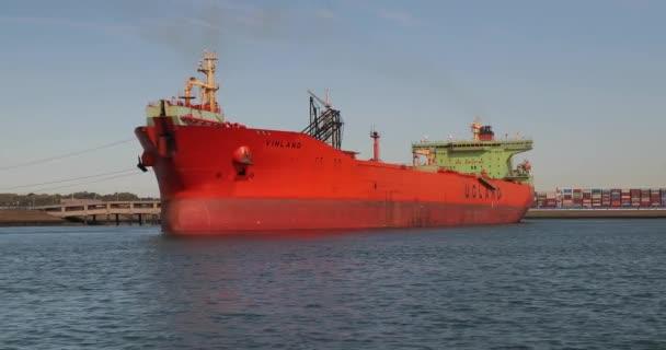 Obrovský ropný tanker v Rotterdamu
