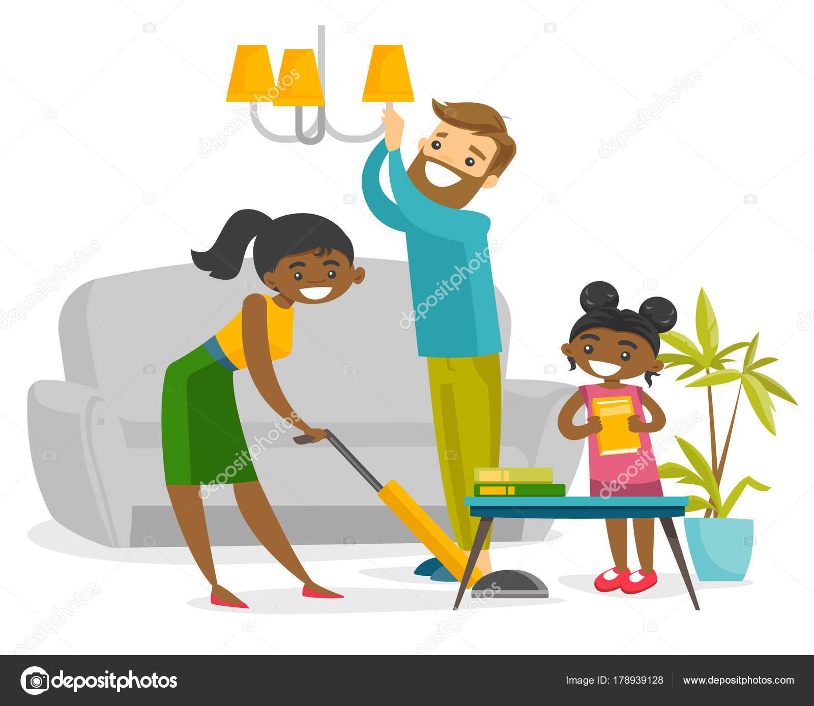 Joven feliz multirracial familia limpieza casa — Archivo Imágenes ...