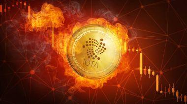 Alev ateş etmek içinde düşen altın Iota sikke.
