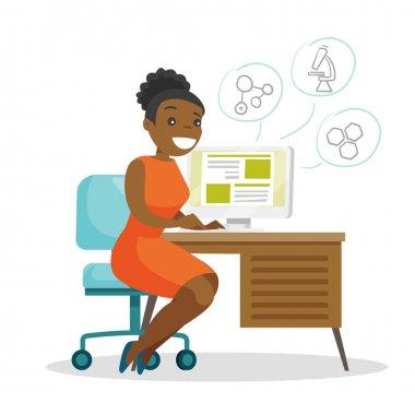 Afrikalı-Amerikalı öğrenci bir bilgisayarda çalışma.