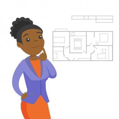 Yeni daire planı hakkında düşünme kadın.