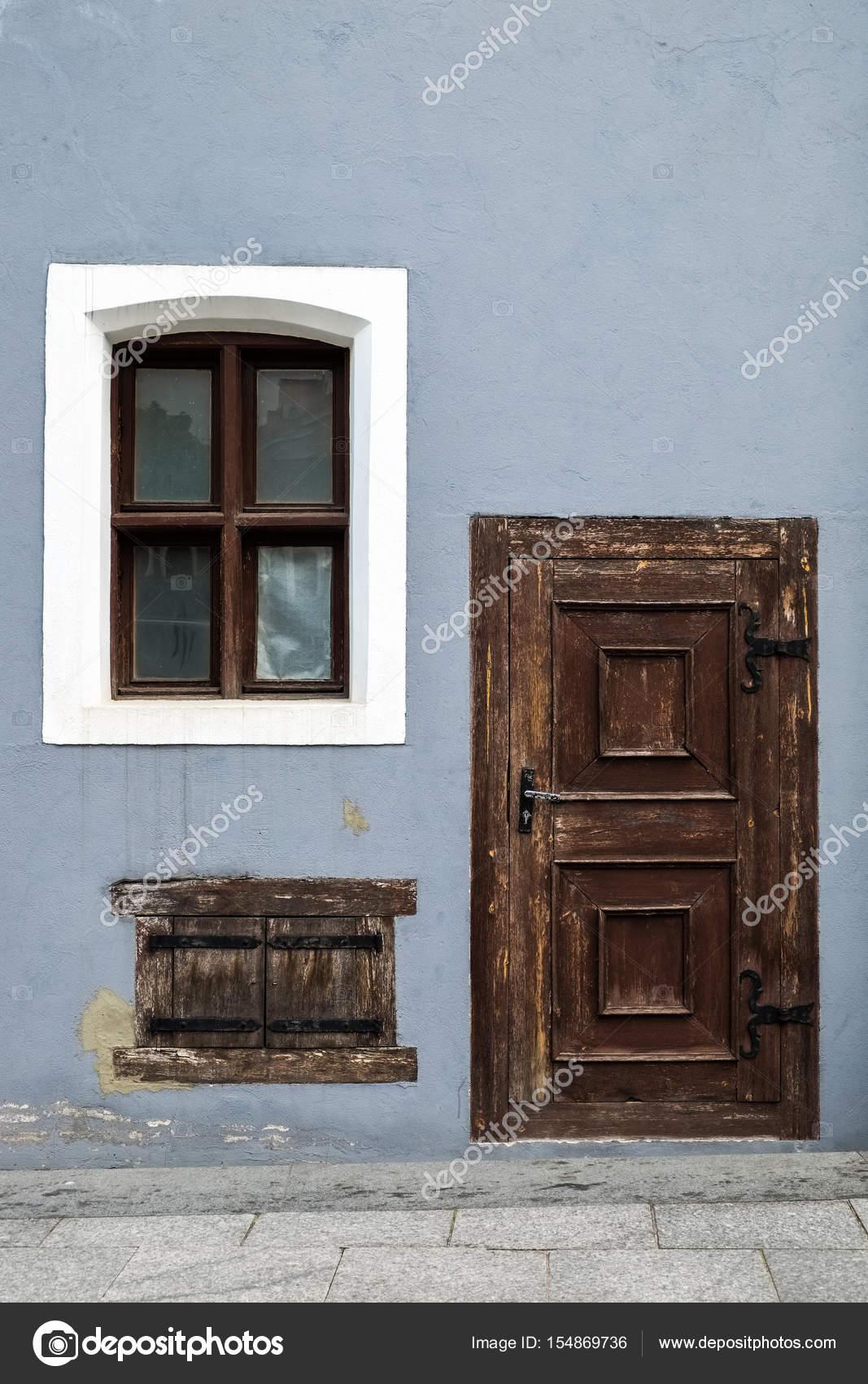 старинные деревянные входные двери и старых окон стоковое