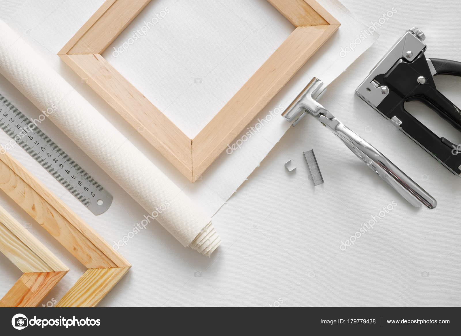 Artista de lona en rollo, barras de madera del ensanchador, alicates ...