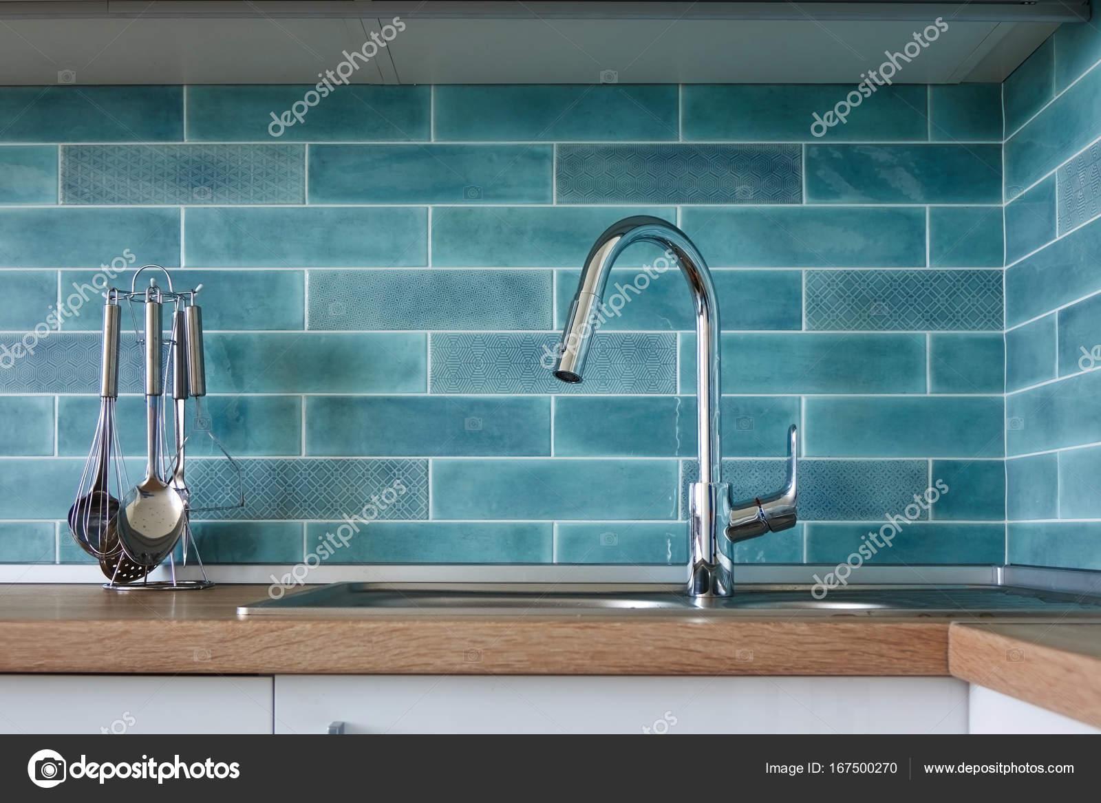 Wasser-Hahn und Küche Spüle — Stockfoto © artjazz #167500270