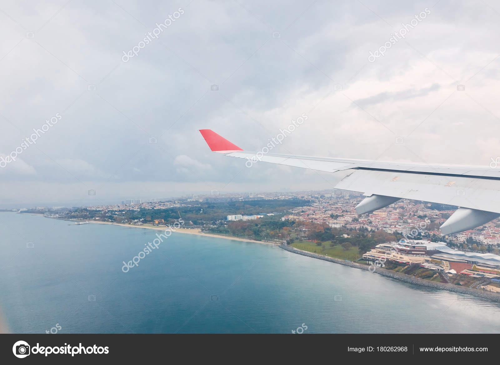 Schöne Aussicht Vom Flugzeugfenster Stadt Und Meer Luftbild ...