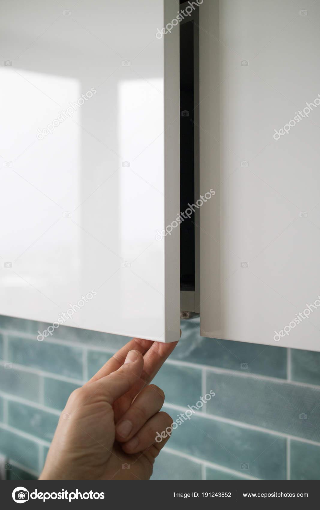 Männliche Hand Küchenschrank Tür Öffnen — Stockfoto © artjazz #191243852
