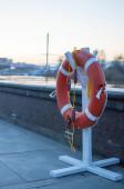 Záchranné lano stojí na nábřeží v Tyumenu, Rusko