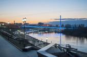 Tyumen, Rusko, 15. dubna 2020: Večer pramenitá voda na nábřeží v Tyumenu.