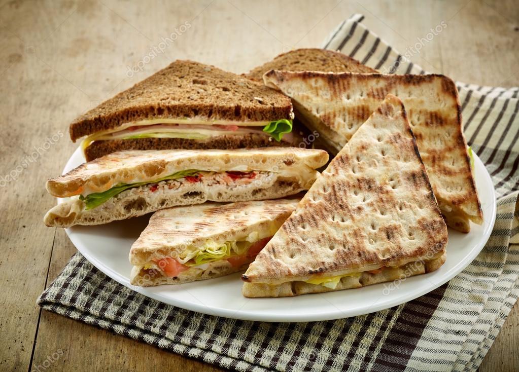 Teller mit verschiedenen Dreieck-sandwiches — Stockfoto © zmaris ...
