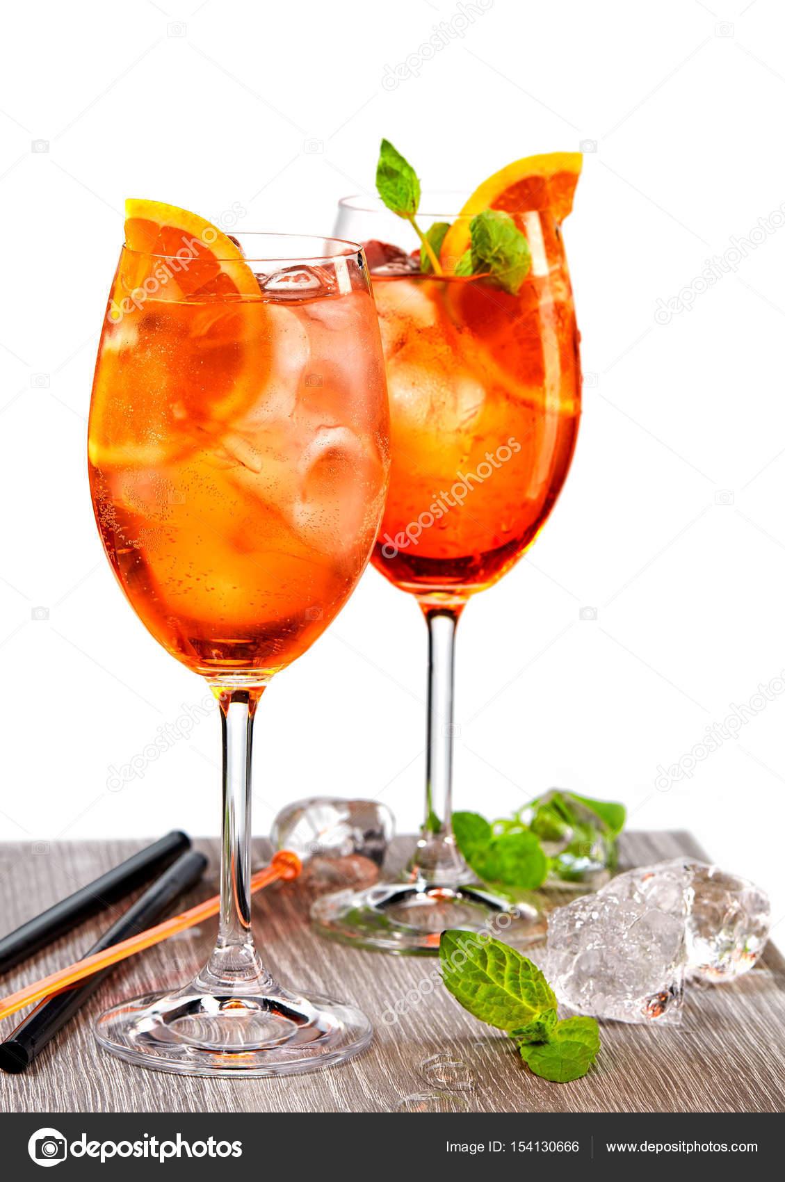 due bicchieri di cocktail aperol spritz foto stock