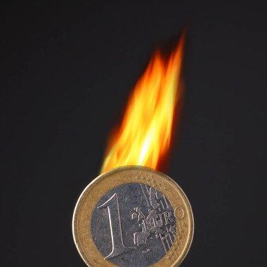 Siyah arkaplanda euro para yakmak