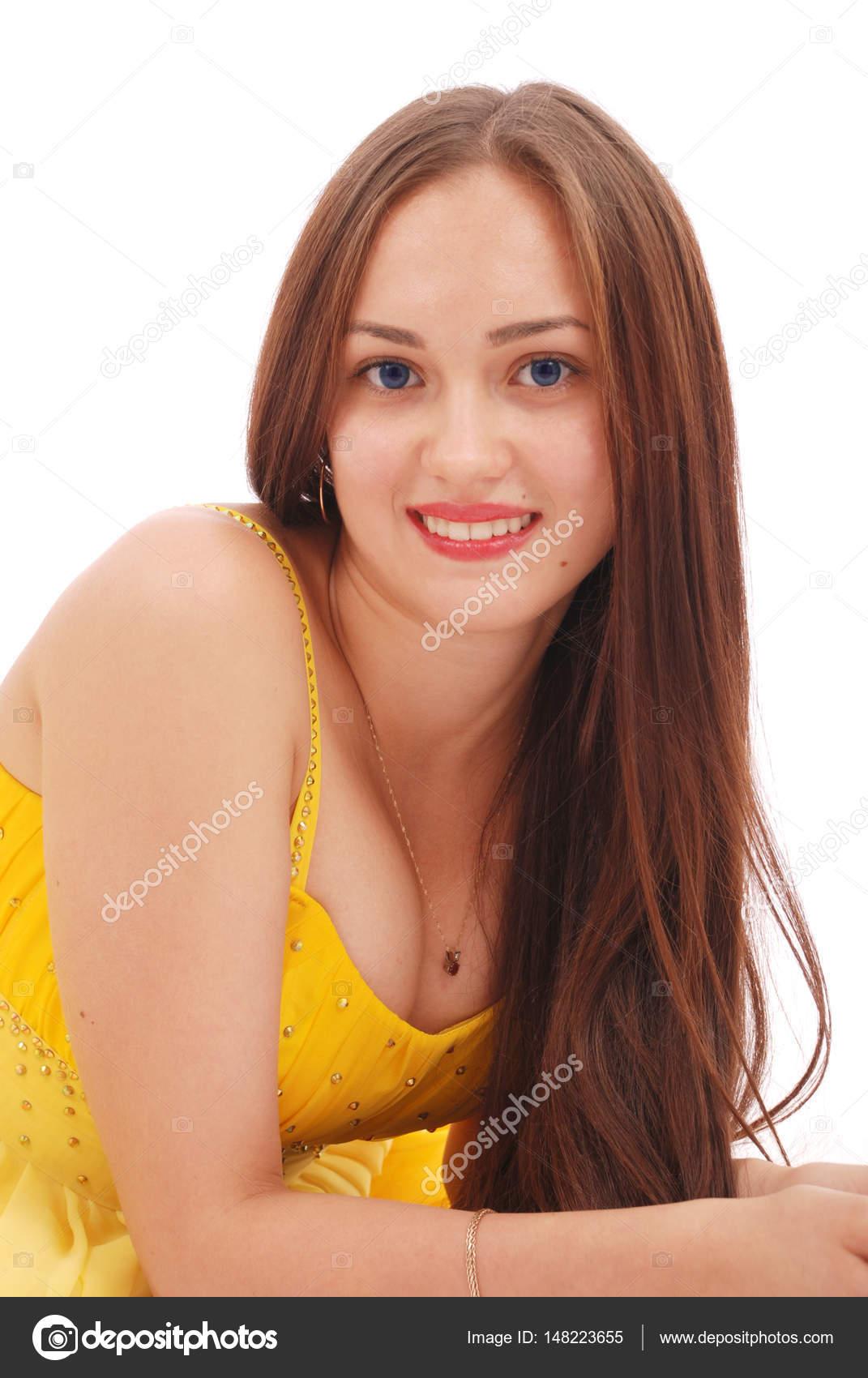 eda1fb5d0 Hermosa mujer con cabello castaño en elegante vestido amarillo — Foto de  Stock