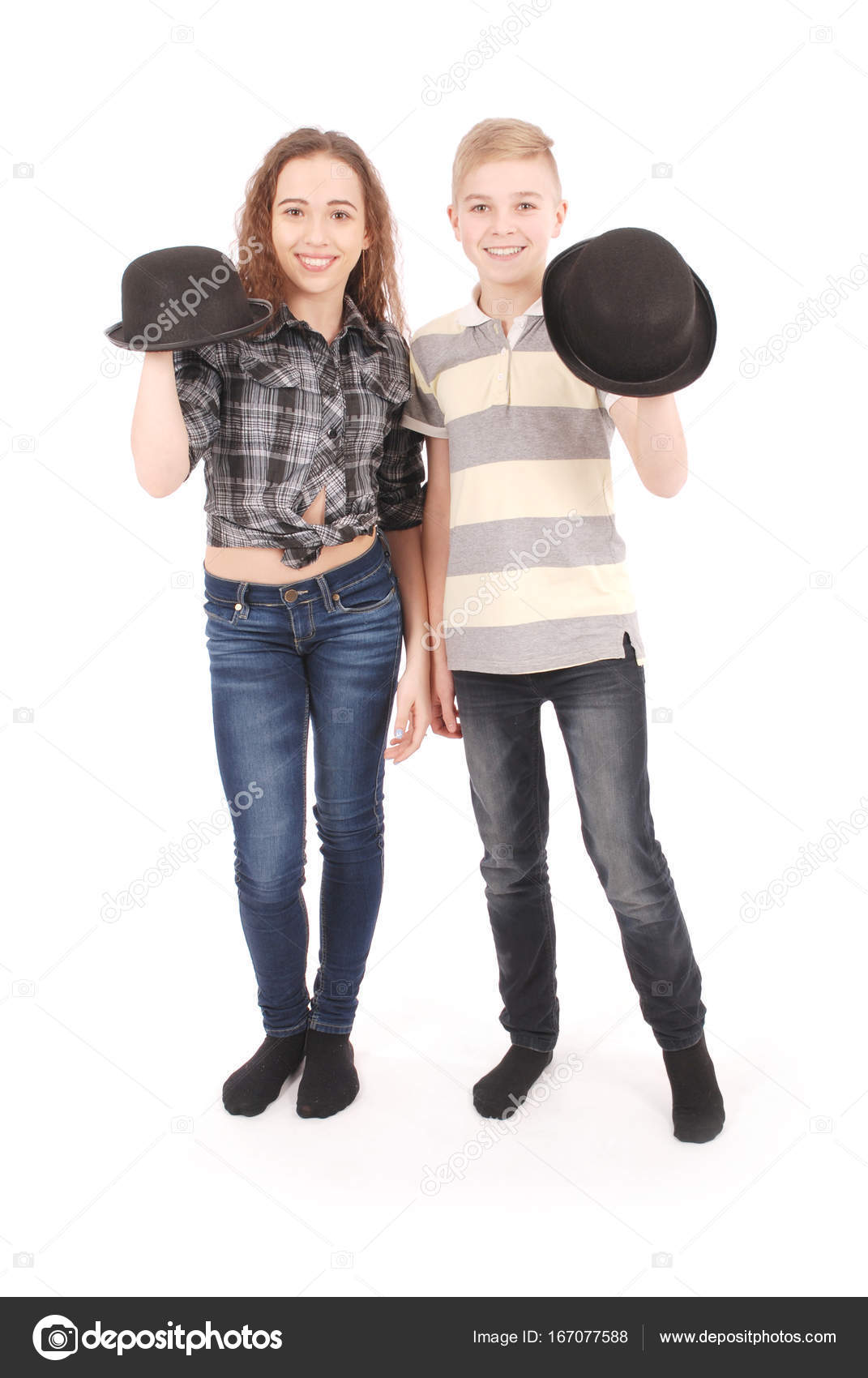 bb239e08a43 Portrait of young girl and boy posing in black bowler hat — Stock Photo