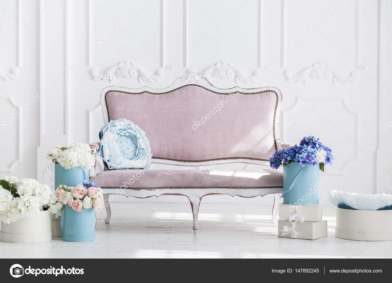 Kleurrijke Interieurs Pastel : Minimalistische interieur in pastel kleuren u stockfoto
