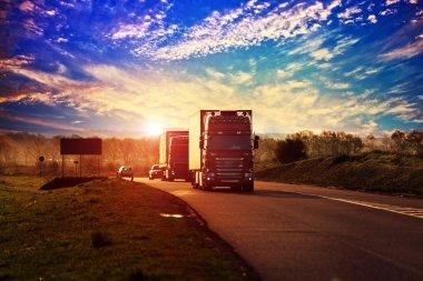Bir otoyolda sürüş kamyonlar