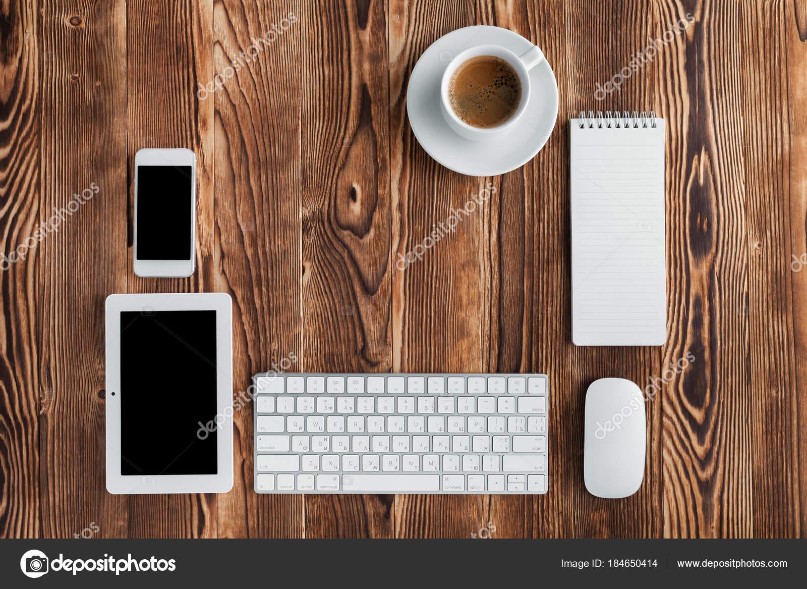 Clavier ordinateur smartphone tablette café isolé sur bureau bois